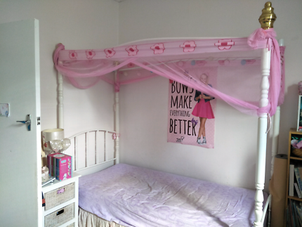 Girl&#x27 s canopy bed